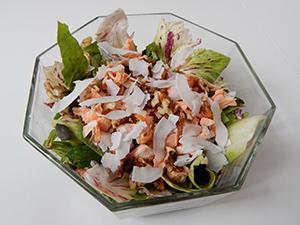 Solata-z-lososom-orehi-in-kokosovim-čipsom-web